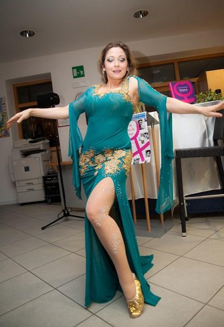 Gabriele tanzt bei Von Frau zu Frau in der Bibliothek Naturns