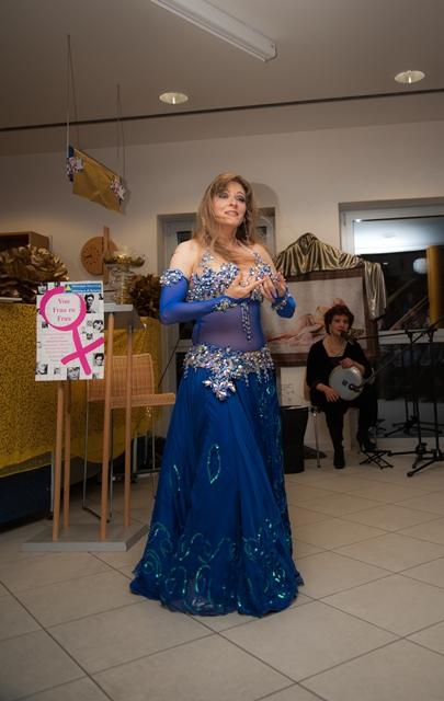 Gabriele tanzt klassisch orientalisch zu live Musik in Naturns