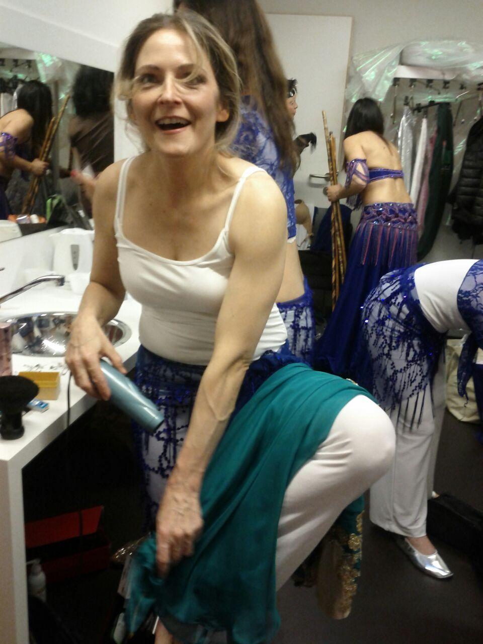 Gabriele foehnt ihr Kostuem Backstage bei Evelines Jubilaeumsshow Eveline in Zirl bei Innsbruck 2016