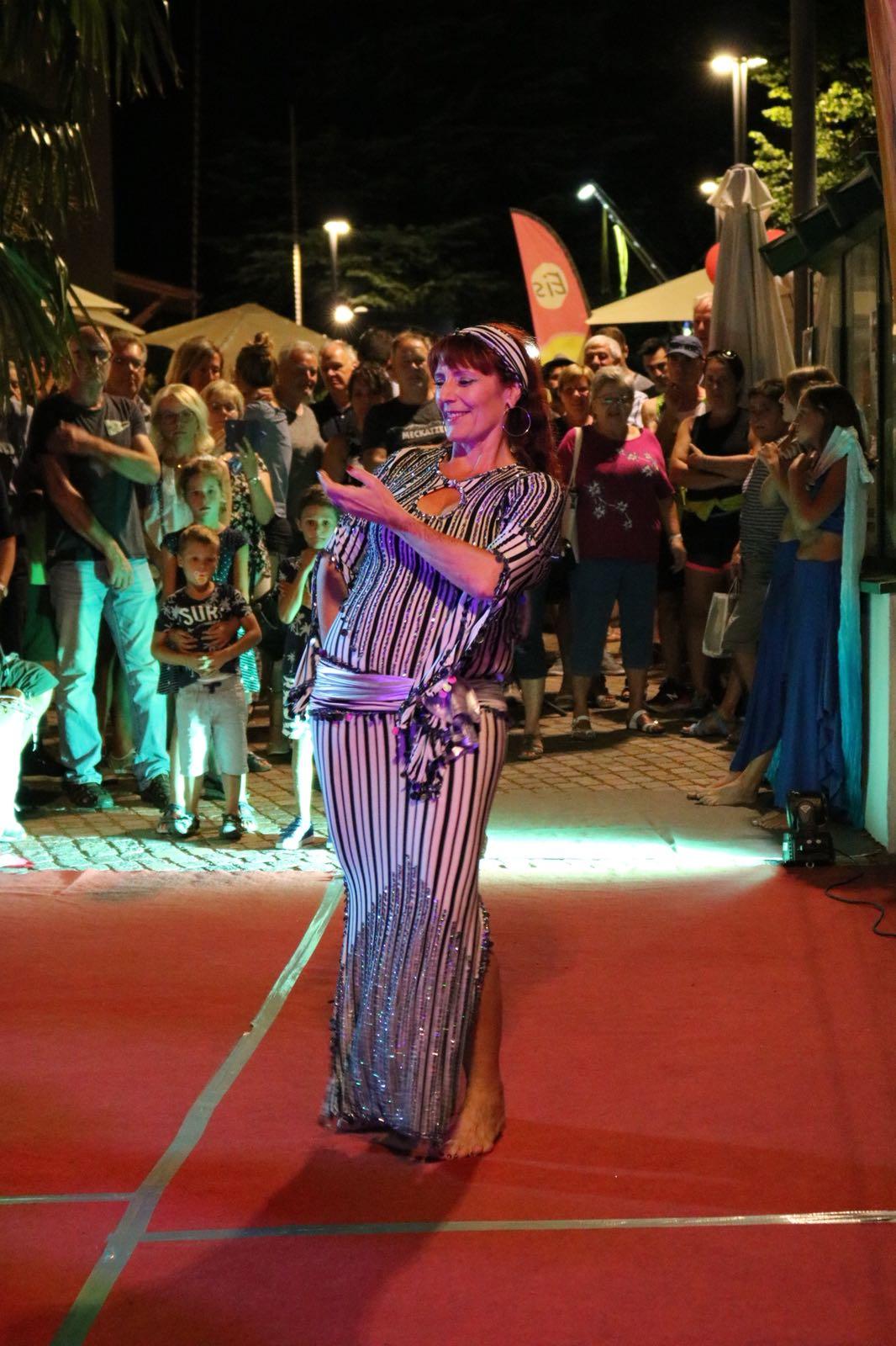 Christine tanzt Baladi beim Langen Mittwoch Eppan 2018