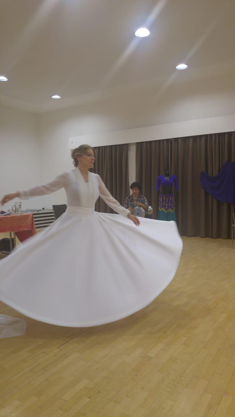 Gabriele beim Dervish Tanz zu Live Musik Lesung September 2018