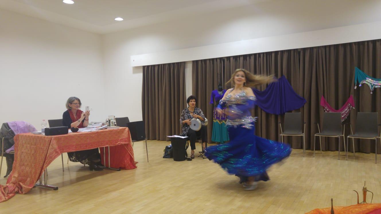 Lesung Voels am Schlern September 2018 Orientalischer Tanz mit Gabriele vom Verein Wuestenblumen Fiori del deserto