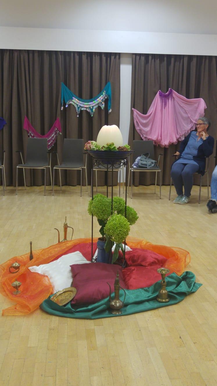 liebevolle Dekoration bei der Lesung in Voels am Schlern September 2018 Wuestenblumen Fiori del deserto