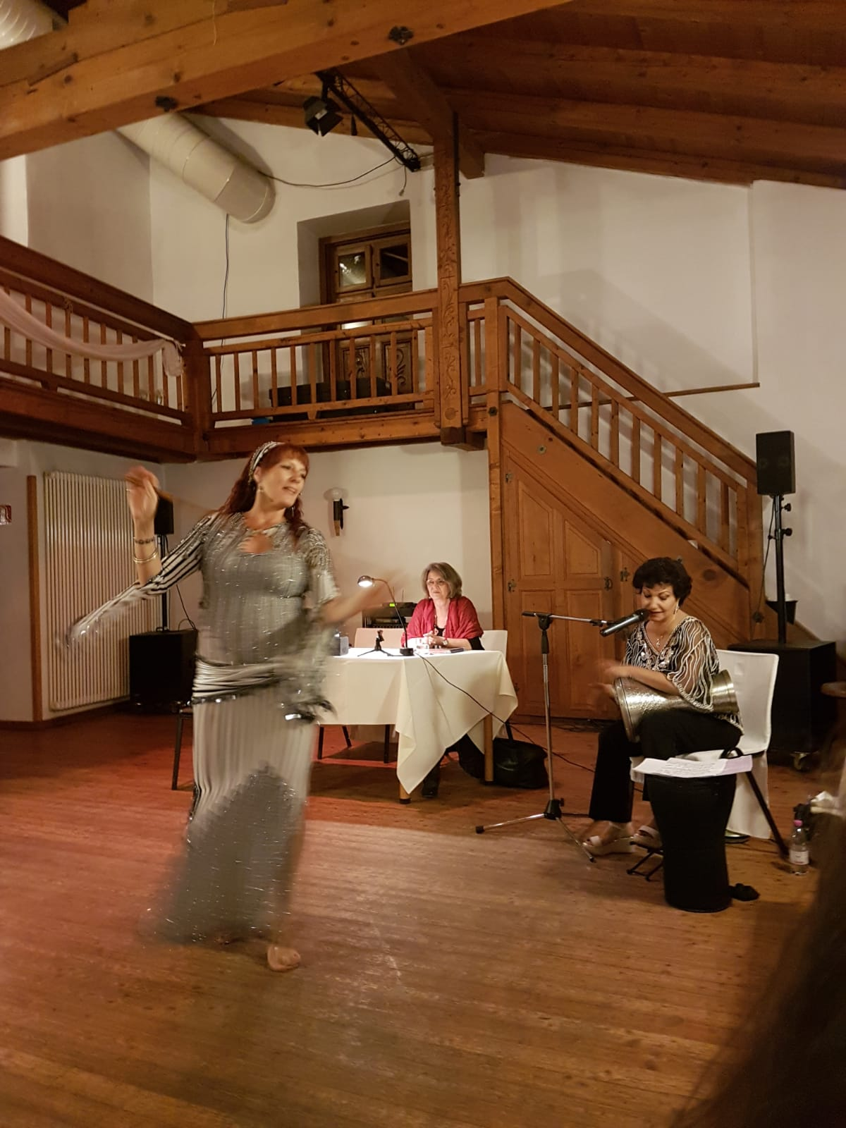 Christine tanzt einen Saidi im Rahmen der Lesung Tanz in die Weiblichkeit
