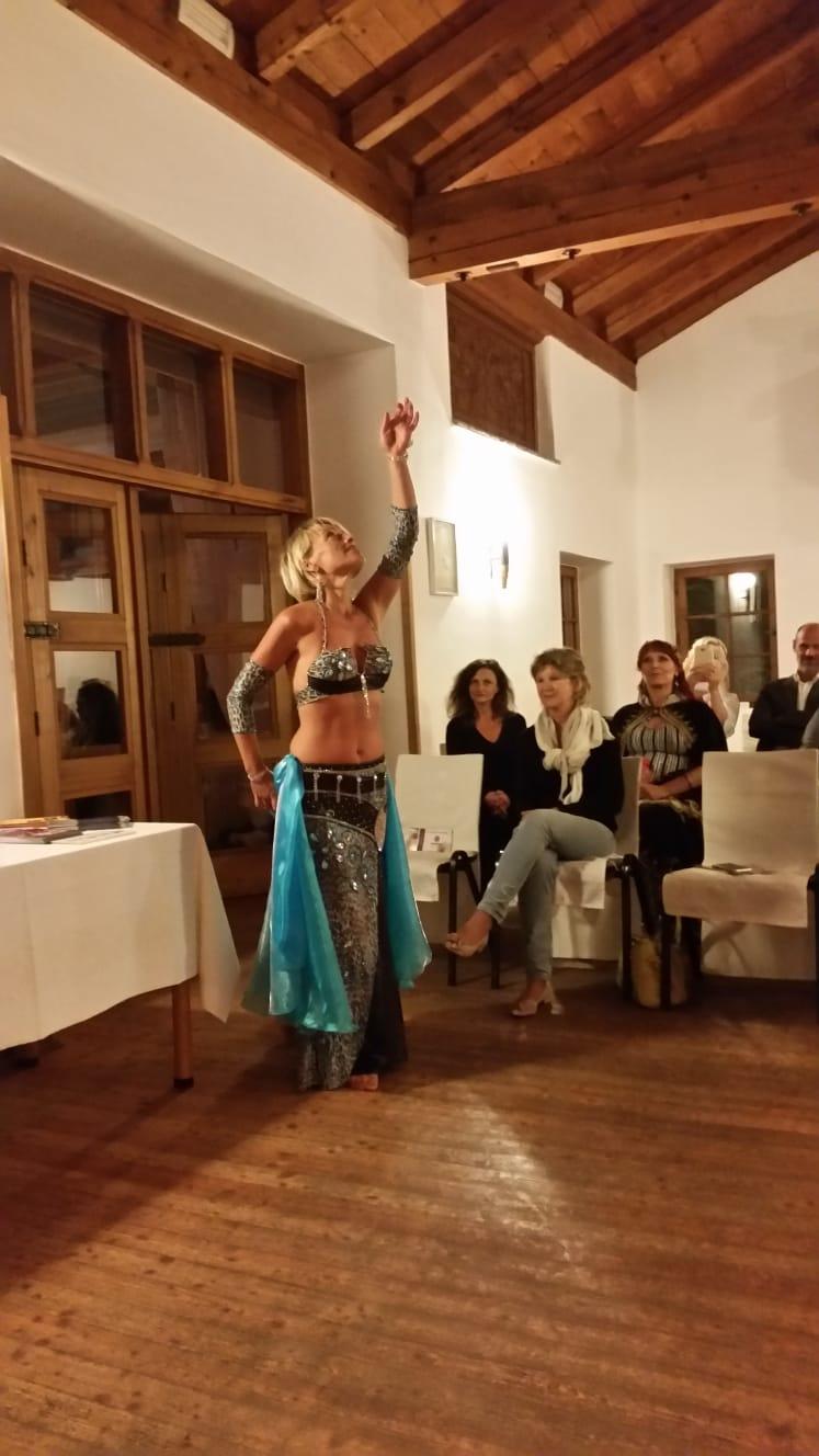 Maria tanzt im Rahmen der Lesung auf Schloss Pienzenau Meran