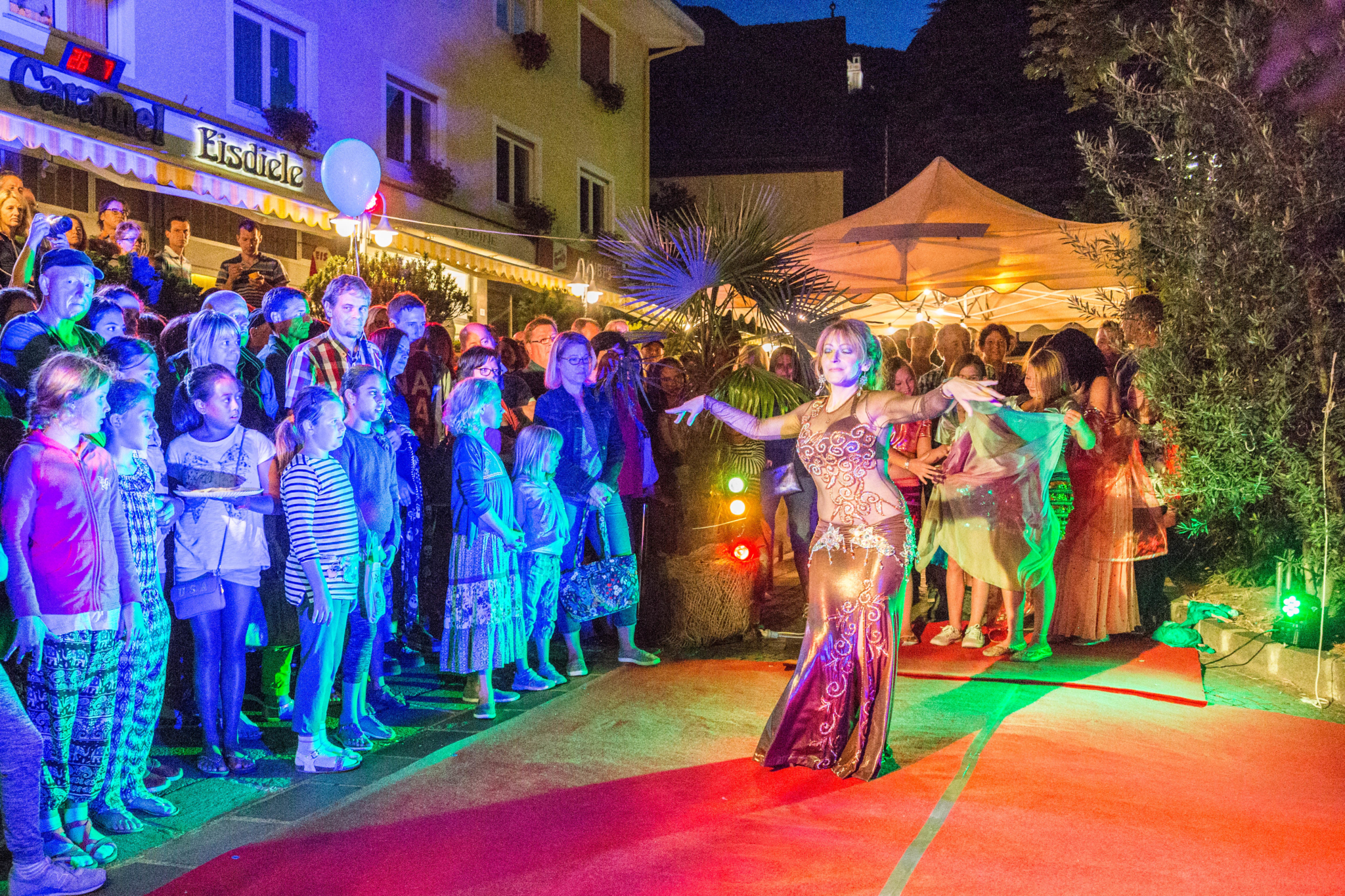 Gabriele tanzt und geniesst beim Langen Mittwoch in Eppan